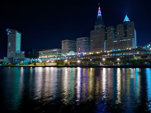 Cleveland by night (https://www.flickr.com/photos/22615592@N03/3563244378) by Rob Sinclair (https://www.flickr.com/photos/rob-sinclair/), CC BY-SA 2.0 (https://creativecommons.org/licenses/by-sa/2.0/) Cropped, resized.